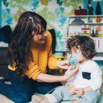 Kobieta z chorym dzieckiem - mokowiscydoza