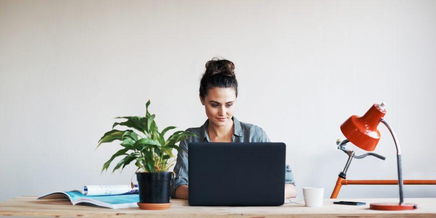 ćwiczenia za biurkiem - kobieta w biurze