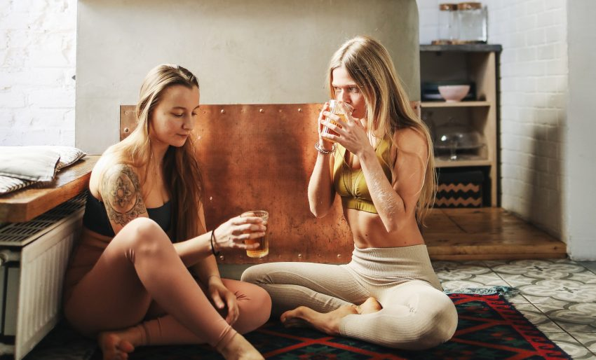 dziewczyny pijące herbatę w kuchni