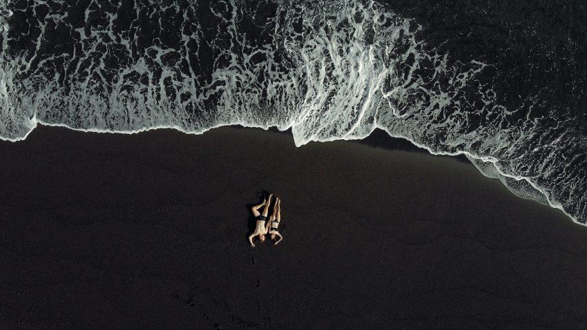 Kobieta i mężczyzna leżą na plaży