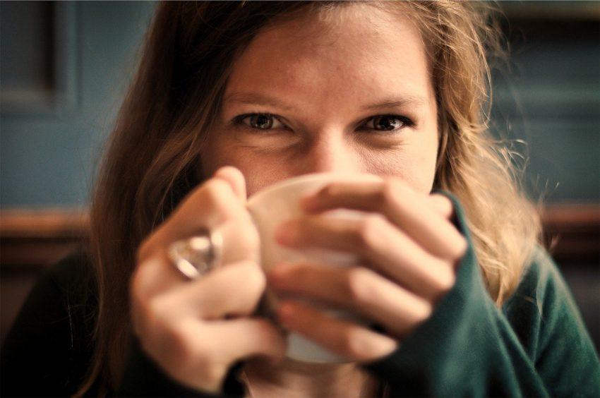 Dziewczyna pije herbatę