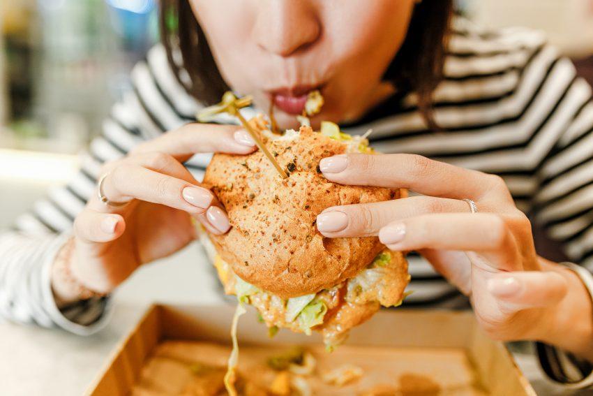 Extreme hunger - co to jest i czym różni się od kompulsywnego jedzenia? Wyjaśnia psychodietetyczka