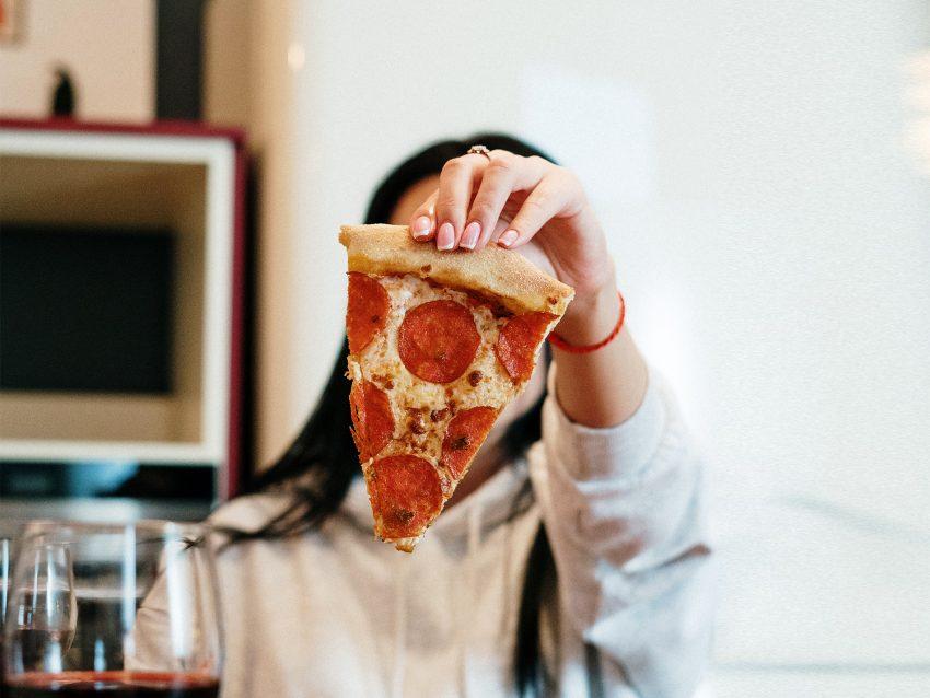 Kobieta z pizzą