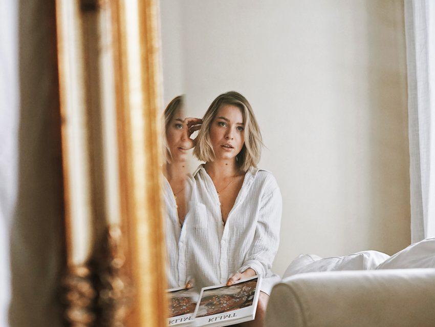 Kobieta patrzy w lustro