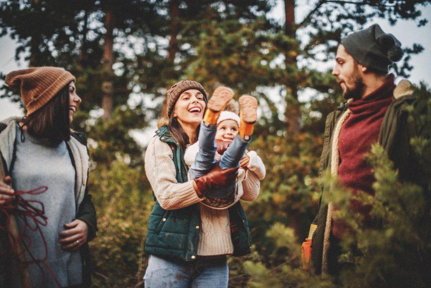 """Jeśli tylko możemy, to zamiast tradycyjnych spotkań przy stole wybierzmy się na spacer do lasu czy parku"""". Dr Paweł Grzesiowski mówi, jak sprawić, żeby te święta były bezpieczne"""
