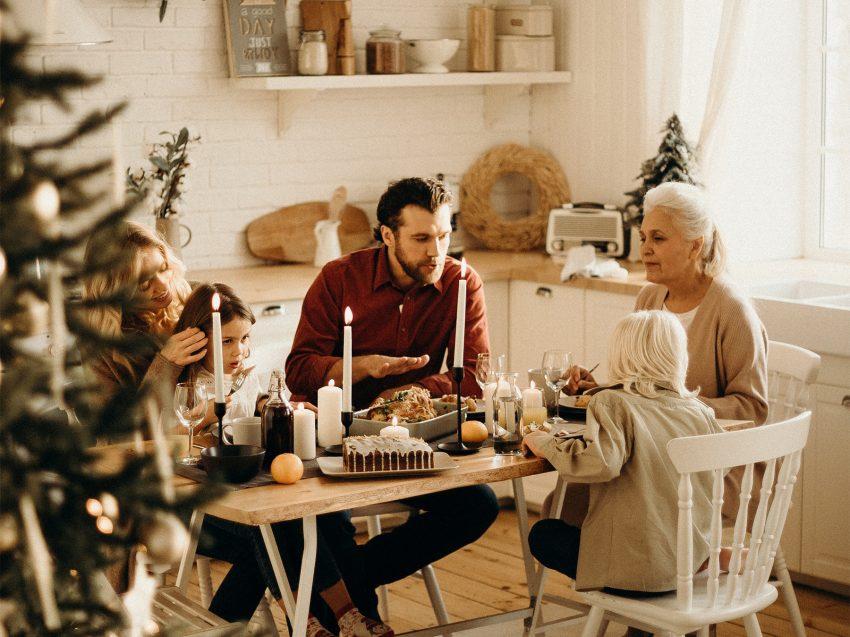 Rodzina przy stole świątecznym