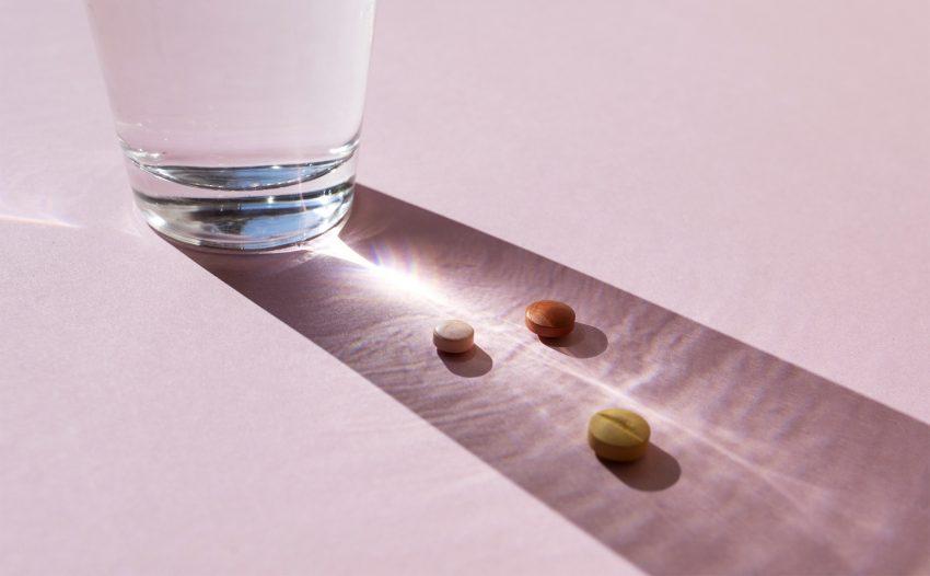 Szklanka z wodą i tabletki