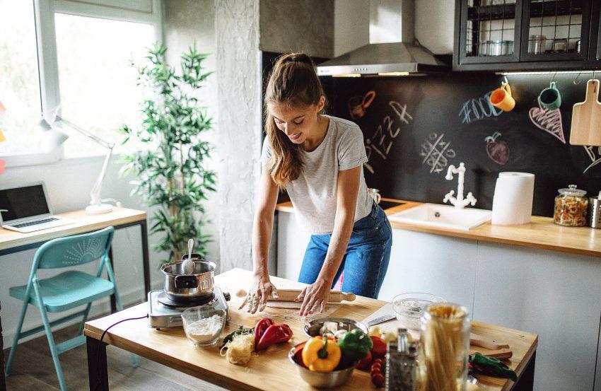 Kobieta robi ciasto w kuchni