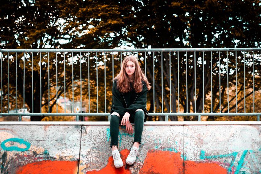 Nastolatka siedzi na rampie