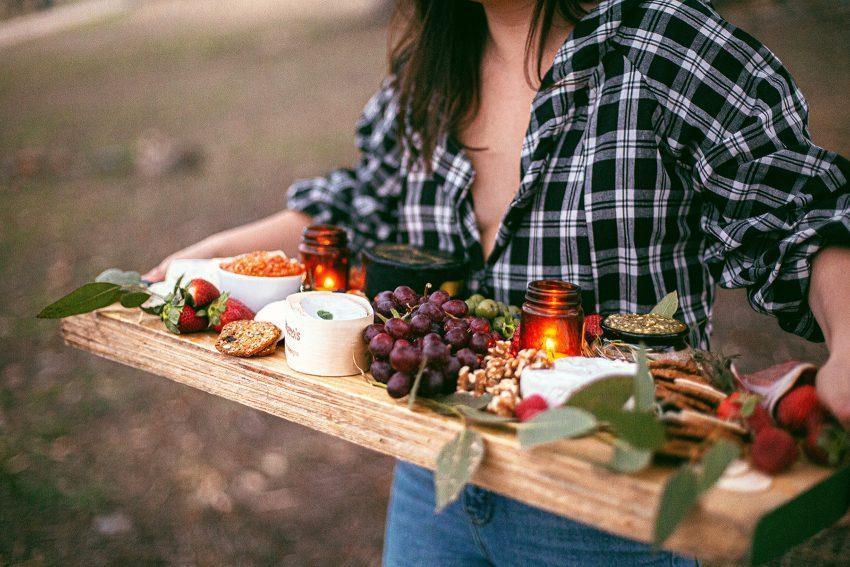 Kobieta z deską jedzenia